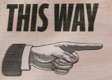 减速火箭的葡萄酒这方式标志手指向 免版税库存图片