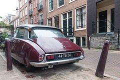 减速火箭的葡萄酒雪铁龙汽车从后面停放在阿姆斯特丹街道上在下雨天 库存照片