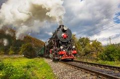 减速火箭的蒸汽火车接近山 免版税图库摄影