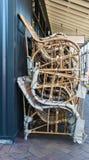 减速火箭的藤椅被堆积外部商店 免版税库存照片