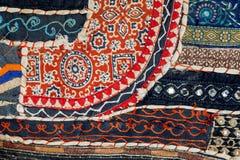 减速火箭的补缀品抽象线在老棉花手工制造地毯的 葡萄酒与花的毯子表面的样式 免版税库存图片