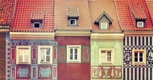 减速火箭的被定调子的五颜六色的房子在波兹南 免版税库存照片