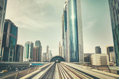 减速火箭的被定调子的照片从地铁火车街市看见的迪拜现代 免版税图库摄影