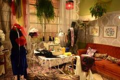 减速火箭的裁缝工作室,古板的室,过时的家,葡萄酒内部 免版税库存照片