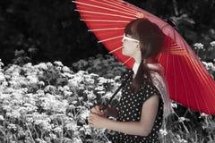 减速火箭的遮阳伞女孩 免版税库存照片