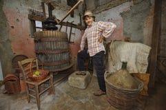 减速火箭的酿酒商在地窖里 免版税图库摄影