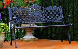 减速火箭的金属长凳在庭院里 免版税图库摄影