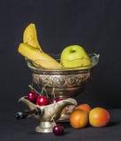 减速火箭的银器充满新鲜水果 库存照片