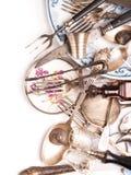 减速火箭的银器和葡萄酒玻璃的分类 免版税库存图片