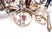 减速火箭的银器和葡萄酒玻璃的分类 库存照片