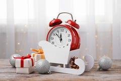 减速火箭的闹钟、礼物和欢乐装饰 库存照片
