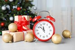 减速火箭的闹钟、礼物和装饰在桌上 christmas countdown 库存图片