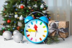 减速火箭的闹钟、礼物和装饰在桌上 christmas countdown 免版税库存图片