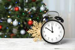 减速火箭的闹钟和装饰在桌上 christmas countdown 库存图片