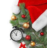 减速火箭的闹钟和装饰在白色背景,顶视图 christmas countdown 图库摄影