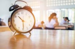 减速火箭的闹钟特写镜头有十个o `时钟的在桌老师我 免版税库存照片