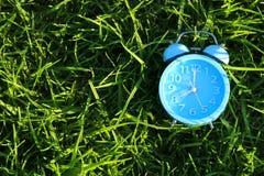 减速火箭的闹钟顶视图在户外绿草的在公园 库存图片