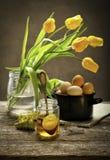 减速火箭的静物画用鸡蛋和郁金香 免版税图库摄影