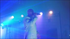 减速火箭的音乐会被弄脏的背景 资深唱歌入话筒的一个老人 慢动作录影 减速火箭的音乐歌手 股票视频