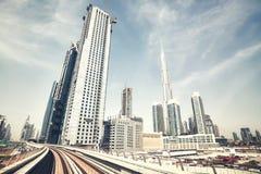 减速火箭的颜色定了调子迪拜地平线,阿拉伯联合酋长国广角看法  免版税库存图片