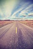 减速火箭的风格化沙漠高速公路,旅行冒险概念 库存图片