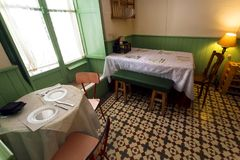 减速火箭的餐馆内部有滑稽的装饰、葡萄酒细节桌和服务的访客的 库存照片