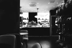 减速火箭的黑白巴黎咖啡馆 免版税库存照片