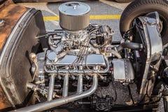 减速火箭的经典葡萄酒旧车改装的高速马力汽车发动机旁边特写镜头视图  库存照片