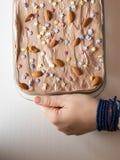 减速火箭的画报妇女用甜蛋糕食物在演播室 免版税库存照片