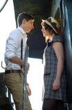 减速火箭的年轻爱夫妇葡萄酒火车设置 库存图片