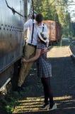 减速火箭的年轻爱夫妇葡萄酒火车设置 库存照片