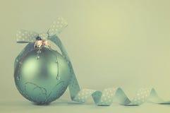 减速火箭的水色蓝色圣诞树装饰品 免版税库存照片