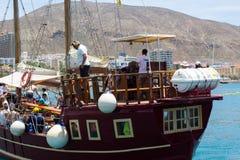 减速火箭的galleon用于游人乐趣游览的小飞侠在Teneriffe留给码头区在Los Cristianos乘员组和乘客 免版税库存图片