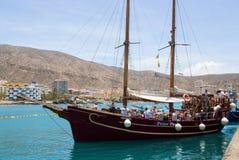 减速火箭的galleon用于游人乐趣游览的小飞侠在Teneriffe留给码头区在Los Cristianos乘员组和乘客 库存照片