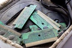 减速火箭的Gamepad,控制器和比赛控制台报道了vith土和尘土过时科技概念 免版税库存照片