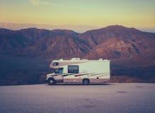 减速火箭的RV露营车在沙漠 免版税图库摄影