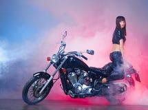 减速火箭美丽的女孩的摩托车 免版税库存照片