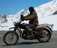 减速火箭自行车的摩托车骑士 库存照片