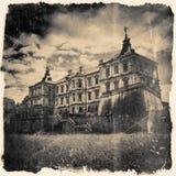 减速火箭风格化在黑白颜色Pidhirtsi城堡,别墅 免版税库存图片