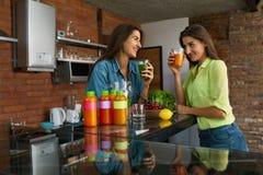 减重饮食 健康吃妇女饮料圆滑的人在厨房里 图库摄影