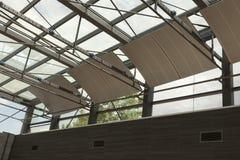 减音材料云彩在玻璃剧院 免版税库存图片