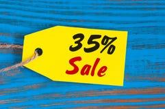 减35%的销售 大销售在蓝色木背景的三十五百分之飞行物的,海报,购物,标志 免版税图库摄影