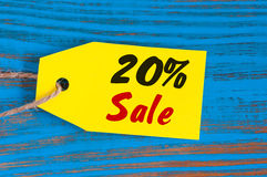 减20%的销售 大销售在蓝色木背景的二十百分之飞行物的,海报,购物,标志,折扣 免版税库存图片