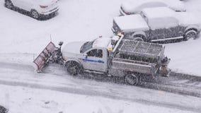 紧凑拖拉机鸟瞰图有犁设备清洁停车场的雪的 影视素材