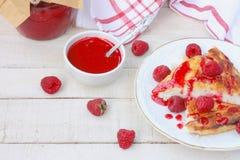 凝乳布丁片断与山莓果酱特写镜头的 免版税库存图片