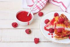 凝乳布丁片断用山莓果酱 库存图片