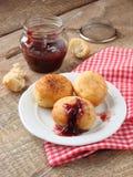 凝乳油炸圈饼用莓果果酱 库存照片