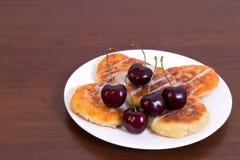 凝乳油炸馅饼用樱桃 免版税库存照片