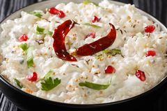 凝乳米可以准备用蒸的米和简单的凝乳或者与另外磨炼urad dal,芥菜籽,辣椒 库存图片