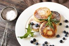 凝乳薄煎饼用新鲜的莓果和装饰 库存照片